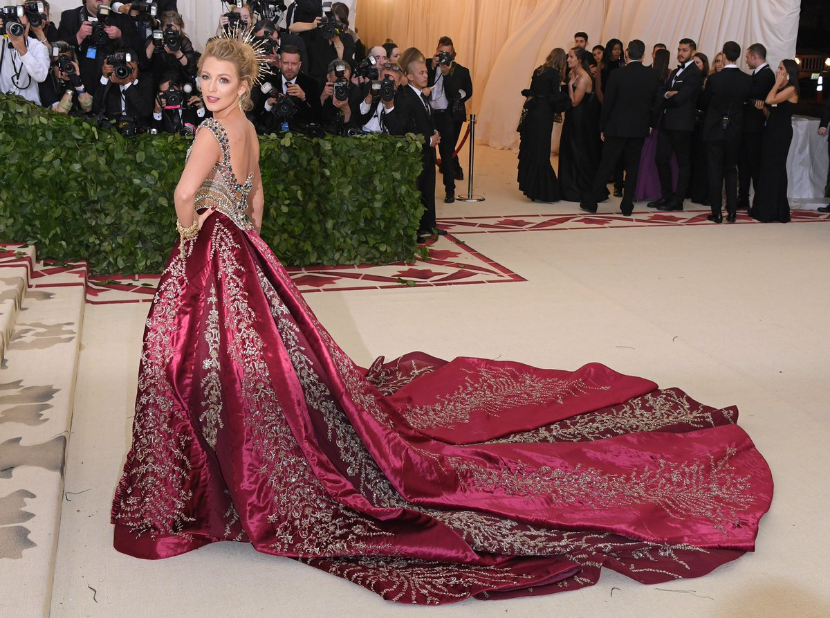 2018-met-gala-red-carpet-blake-lively-versace-designer-fashion-dream-in-lace
