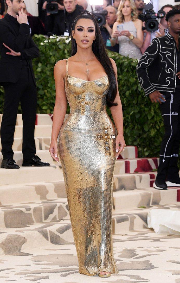 2018-met-gala-red-carpet-kim-kardashian-versace-designer-fashion-dream-in-lace