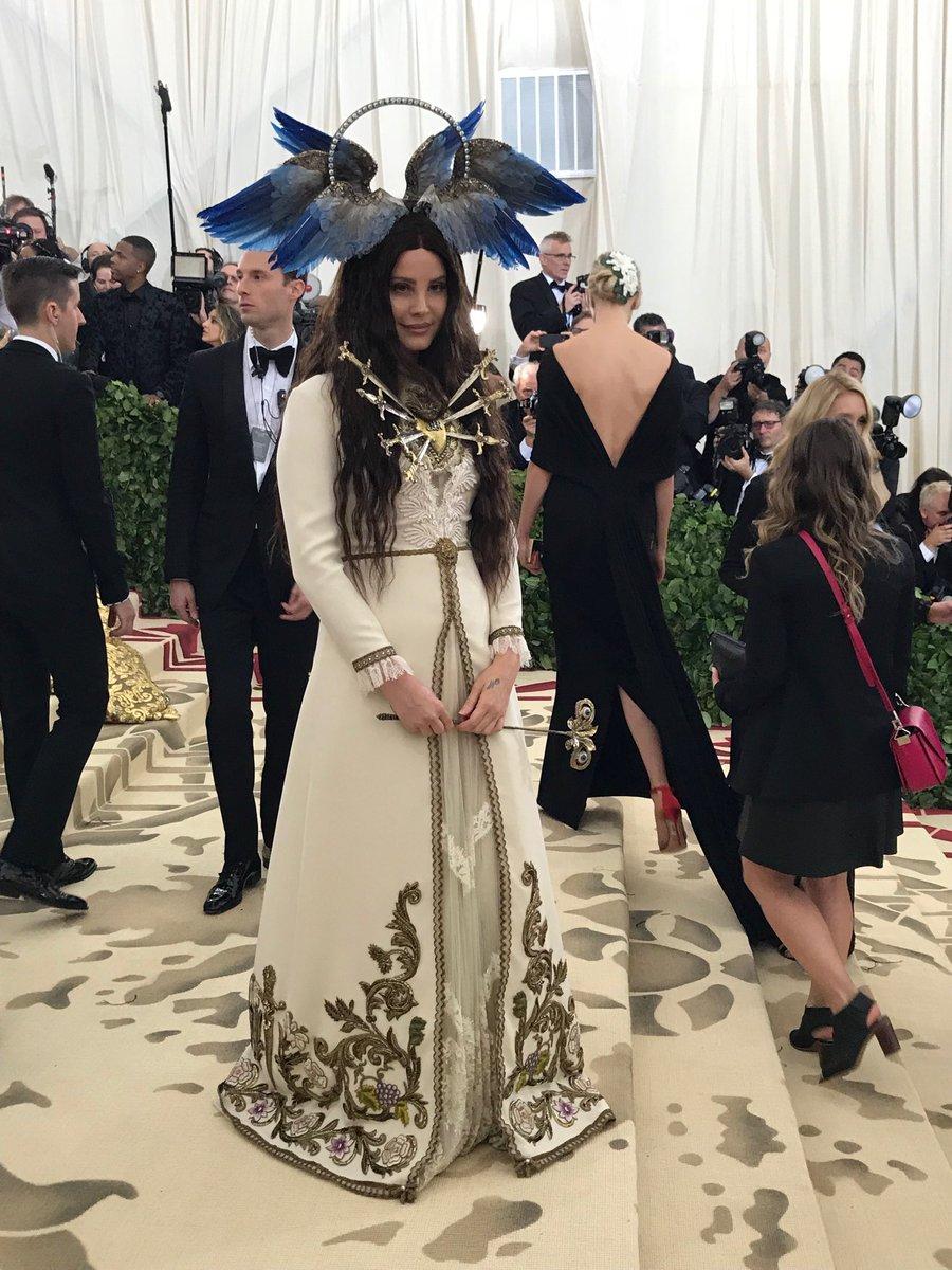 2018-met-gala-red-carpet-lana-del-ray-gucci-designer-fashion-dream-in-lace