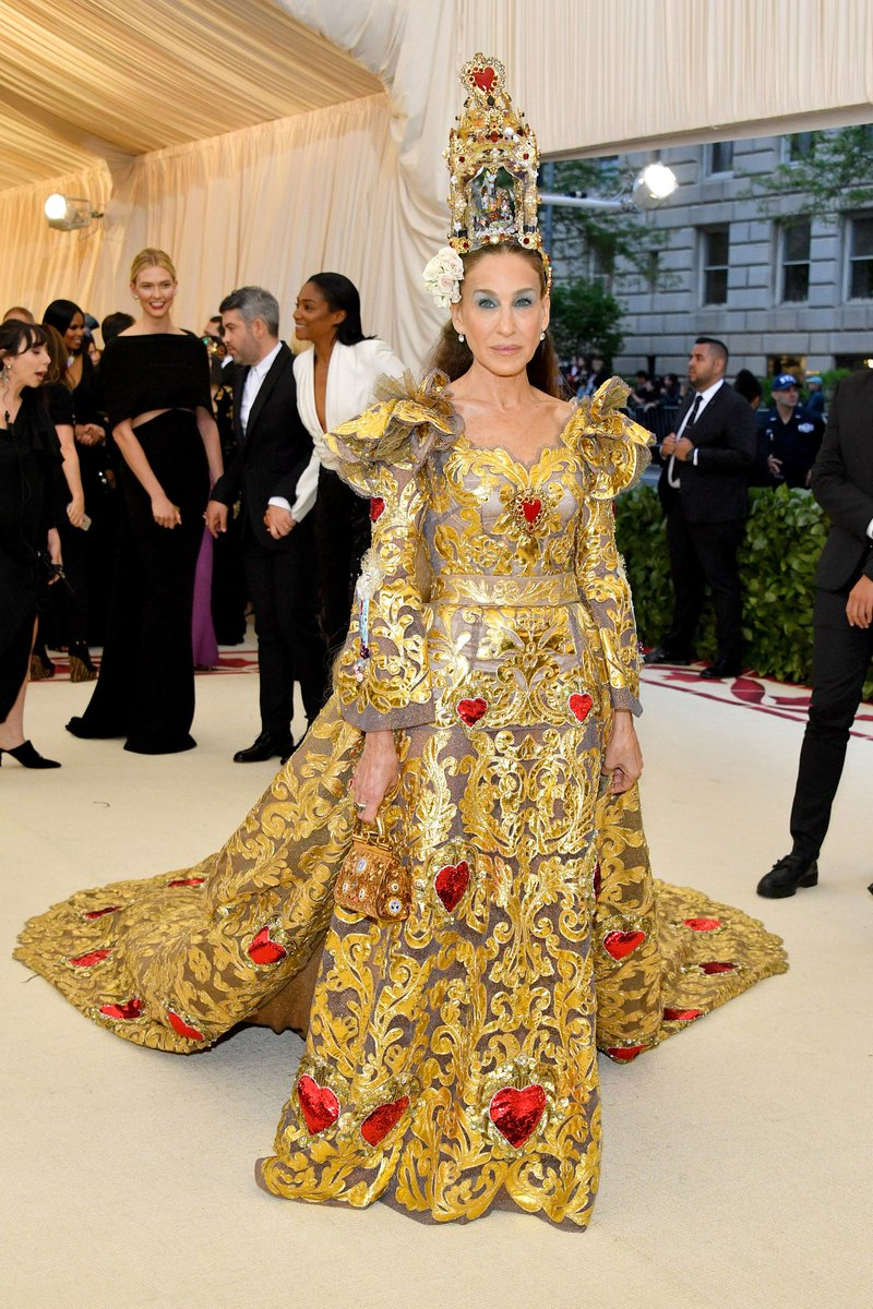 2018-met-gala-red-carpet-sarah-jessice-parker-dolce-gabbana-designer-fashion-dream-in-lace