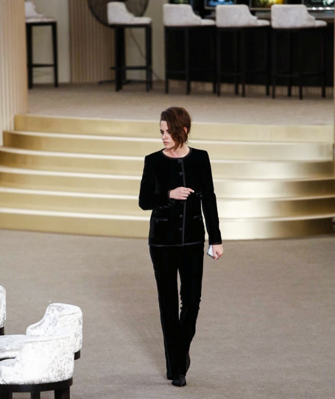 julianne-moore-chanel-fw15-couture-runway-paris